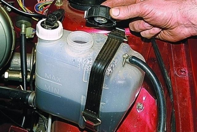 Замена должна проводиться только на охлажденном двигателе
