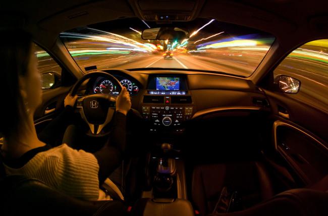Девушка едет на Honda по ночному городу