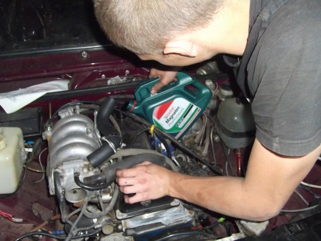 Процесс заливания масла Castrol Magnatec в двигатель