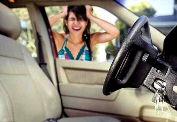 Девушка забыла ключи внутри машины