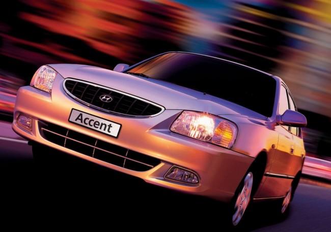 Серебряный автомобиль Hyundai Accent