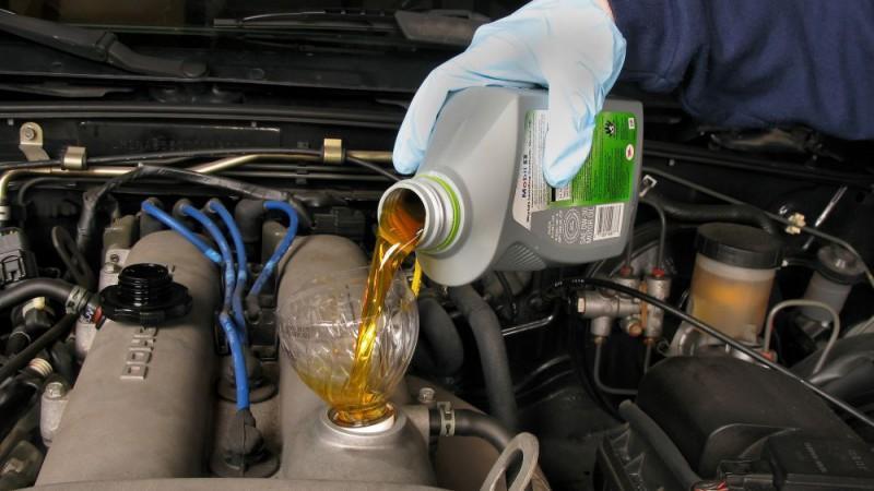 Правильная заливка смазки в двигатель через бутылку
