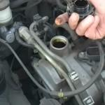 Проверка чистоты горловины для залива масла в двигатель