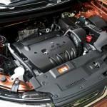 4. Откройте капот вашего автомобиля и найдите горловину, через которую расходный материал заливается в двигатель
