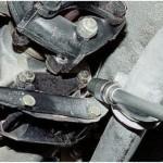 1. При помощи торцевого гаечного ключа отвинтите гайки крепления кожуха