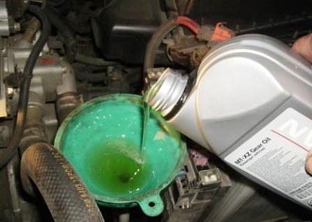 Процесс заливания новой моторной жидкости