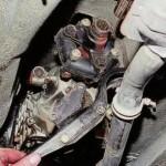 Отодвигаем монтировкой агрегат в сторону от двигателя