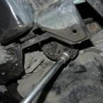 3. Демонтируйте масляный фильтр. Если у вас это не получилось сделать своими силами, то попробуйте открутить его при помощи специального ключа, как показано на фото