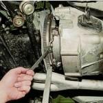 3. Возьмите гаечный ключ на «13» и отвинтите гайки крепежа корзины механизма