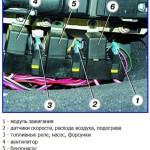 На фото представлена схема реле в автомобиле ВАЗ 2110. Вам необходимо найти реле, отвечающее за работу бензонасоса и демонтировать его из гнезда, чтобы сбросить давление в системе