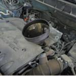 5. Через горловину залейте в мотор около четырех литров расходной жидкости