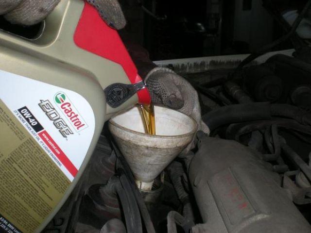 Заливка смазки Castrol EDGE 0W40 в двигатель