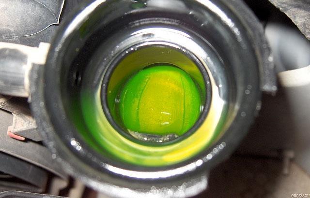 Зеленая охлаждающая жидкость в системе авто