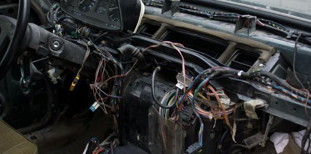 Электроцепь в автомобиле BMW в открытом виде