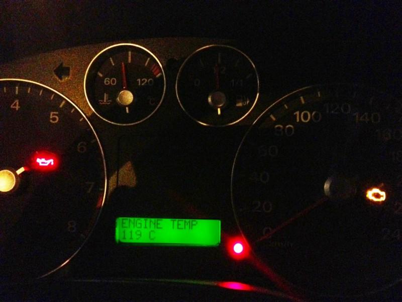 Лампа Check Engine, сообщающая водителю о возникновении неисправностей (горит оранжевым цветом на спидометре)