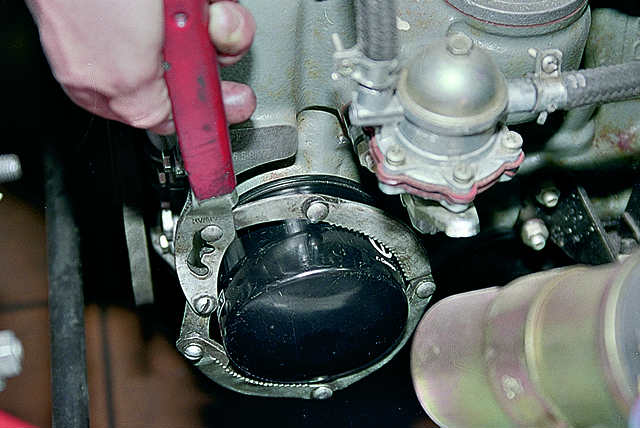 Откручивание масляного фильтра при помощи специального ключа
