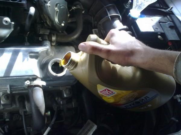 Заливка нефтепродукта в двигатель