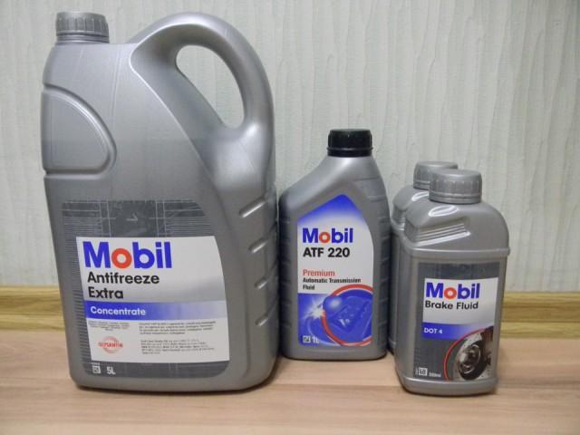 Антифриз Мобил Экстра в пятилитровой канистре, трансмиссионное масло в литровой упаковке, а также жидкость Brake Fluid в литровой упаковке