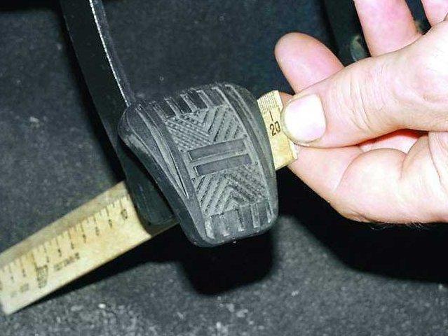 Перед регулировкой нужно замерить длину хода педали сцепления