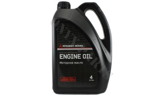 Моторное масло в четырехлитровой канистре
