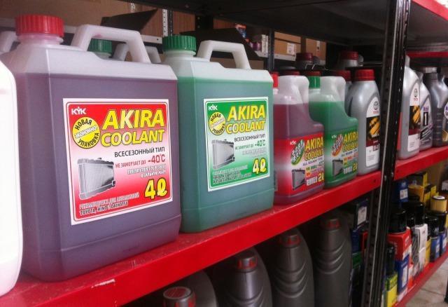 Охлаждающие жидкости красного и зеленого цветов на полках автомобильного магазина
