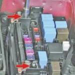 Красными стрелками отмечены болты крепления главного предохранителя. Их следует открутить отверткой.