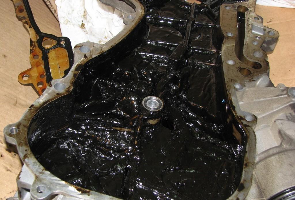 Черный нагар на внутренних стенках двигателя внутреннего сгорания - последствие регулярного использования некачественного моторного масла