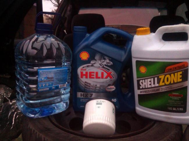 Дистиллированная вода, моторное масло и антифриз Шелл Зоне зеленого цвета