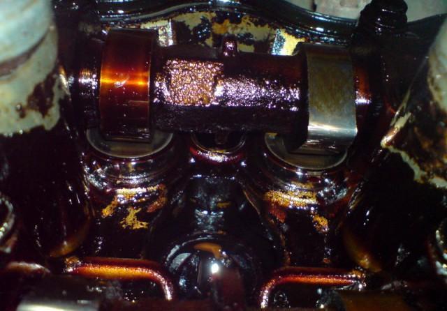Грязный двигатель в нагаре и отложениях