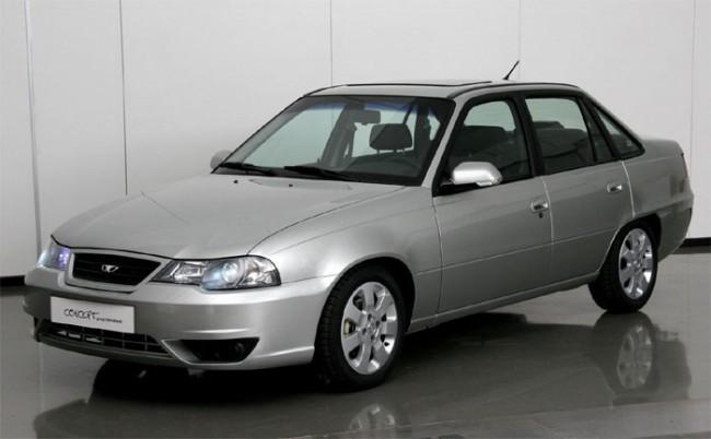 Серебристый автомобиль Daewoo Nexia