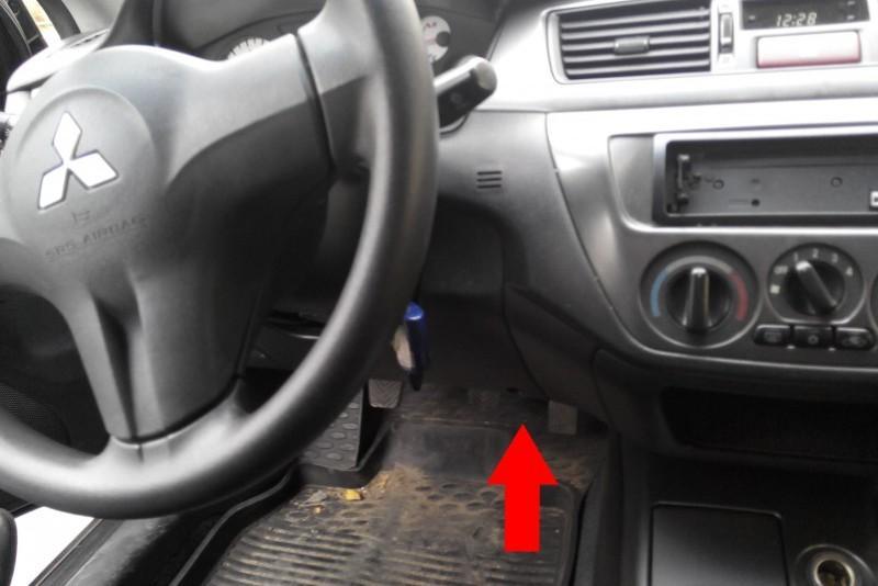 Красной стрелкой указано место, где находится разъем для диагностики автомобиля Mitsubishi