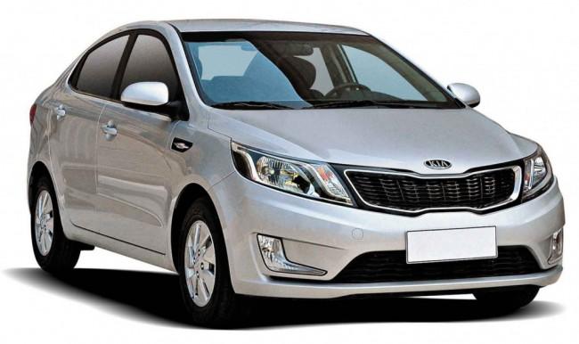 Серебристый автомобиль Кио Рио