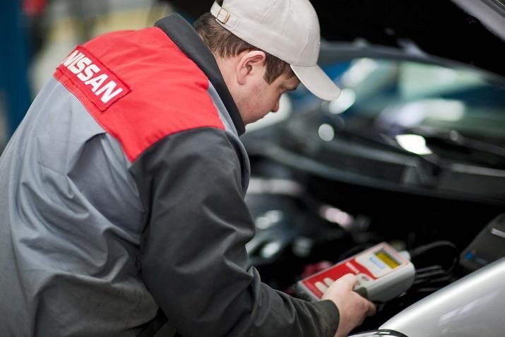 Выполнение диагностики мастером центра Nissan