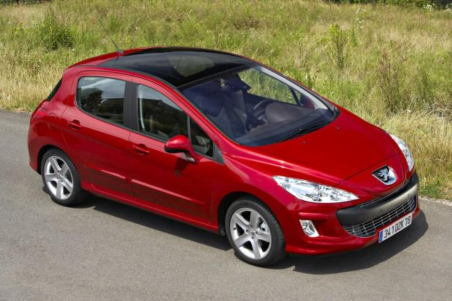 Автомобиль Пежо 308 красного цвета