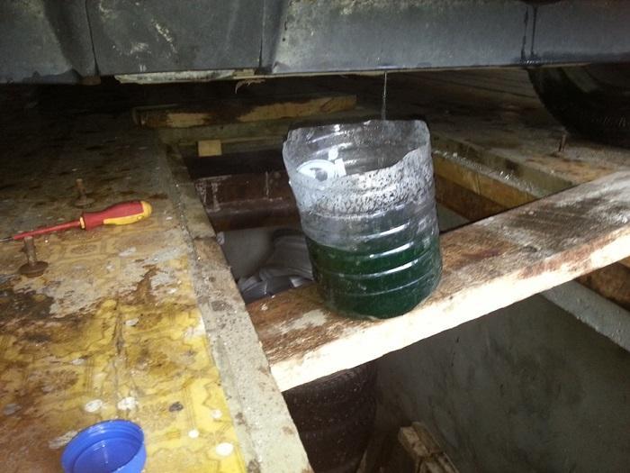 Слив отработанной жидкости в емкость