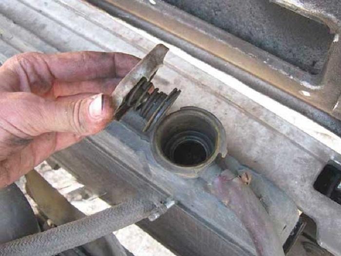 Открываем крышку радиатора