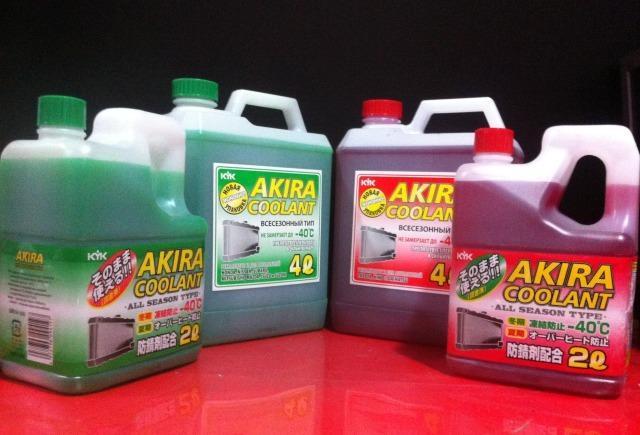 Хладагенты компании Akira Coolant в двух- и четырехлитровых упаковках. Охлаждающие жидкости красного и зеленого цвета соответствуют международным классификациям G-11 и G-12