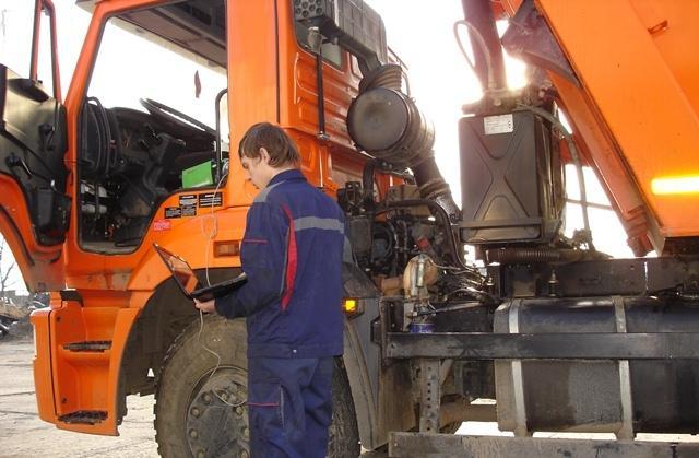 Специалист диагностирует Камаз при помощи оборудования