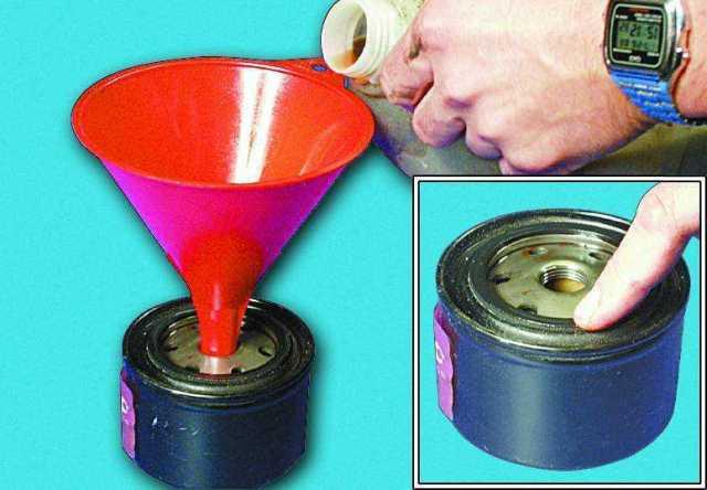Смазываем кольцо и заливаем новую смазку в фильтр