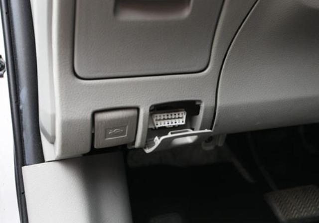 Место расположения диагностического разъема в автомобиле Volvo с левой стороны торпеды под панелью приборов. На фото показан диагностический разъем нового типа (для авто после 1995 года выпуска)