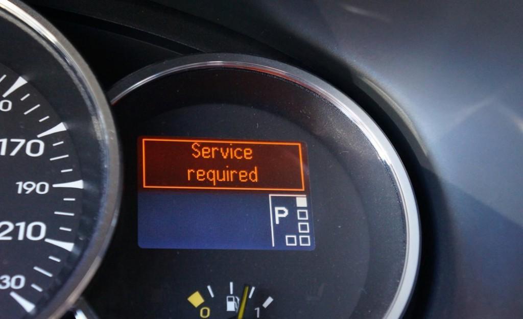 Лампочка Service required свидетельствует об ошибке в системе авто: следует провести диагностику машины