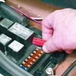 Если вы являетесь владельцем ВАЗ 21099 с БП старого образца, то просто вытащите сгоревший элемент, если у вас установлен блок нового образца, то возьмите щипцы...