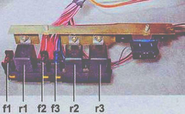 Блок реле в инжекторных автомобилях ВАЗ 2107 в разобранном виде