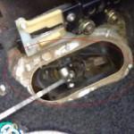 5. Произведите демонтаж кулисы через днище авто.