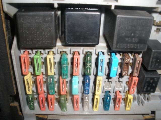 Место установки БП под приборной панелью. Обратите внимание: на фото некоторых компонентов блока может не хватать, но на схеме указано предназначение каждого элемента.