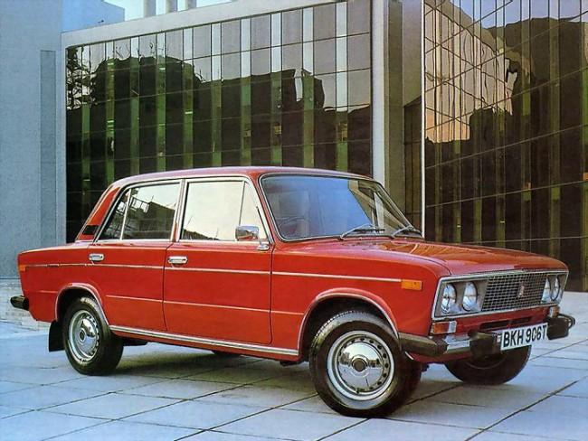 Красный автомобиль ВАЗ 2106