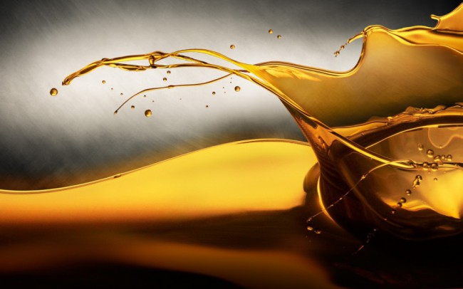 Всплеск чистого моторного масла