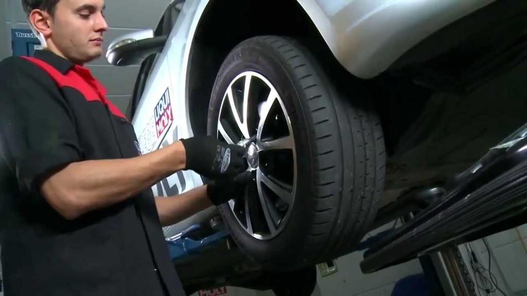 Процесс демонтажа переднего колеса для смазывания направляющих суппортов