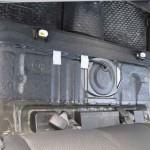 Демонтировав сидения, вы увидите защиту, за которой находится топливный фильтр