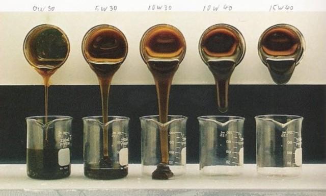 На фото показаны вязкостные свойства при тестировании наиболее популярных видов ММ в холодное время года. Чем хуже жидкость льется, тем ниже ее вязкостные характеристики